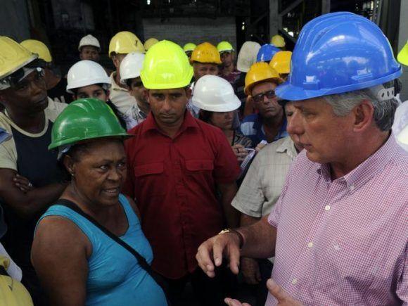 Intercambia presidente cubano con colectivos de Antillana de Acero e Instituto de Investigaciones de la Industria Alimentaria
