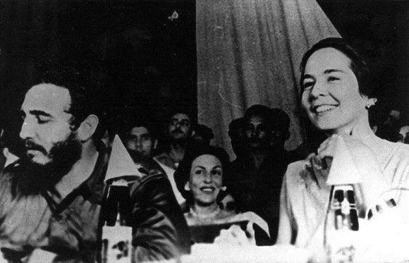 Fidel Castro junto a Vilma Espín, Celia Sánchez (en el centro) durante el acto de fundación de la Federación de Mujeres Cubanas (FMC) en el teatro Lázaro Peña en La Habana, 23 de agosto de 1960. Foto: Mujeres / Sitio Fidel Soldado de las Ideas