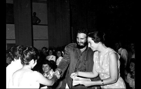 Fidel Castro junto a Vilma Espín durante el acto de fundación de la Federación de Mujeres Cubanas (FMC) en el teatro Lázaro Peña en La Habana, 23 de agosto de 1960. Foto: Instituto de Historia de Cuba / Sitio Fidel Soldado de las Ideas