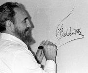 Fidel Castro firma el mural autografiado por los mandatarios participantes en la Cumbre Iberoamericana celebrada en Cartagena de Indias, Colombia, 16 de junio de 1994. Foto: Liborio Noval / Sitio Fidel Soldado de las Ideas.