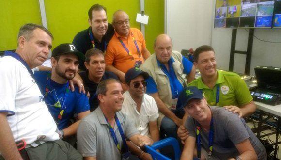 El alcalde de Barranquilla (al centro con gafas negras) junto a los periodistas cubanos que cubren los Juegos Centroamericanos. Foto: Sitio web oficial
