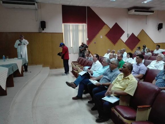 Díaz-Canel visita el Instituto Nacional de Oncología y Radiobiologia. Foto tomada del perfil en Facebook de la periodista Angélica Paredes.Foto: Cubadebate
