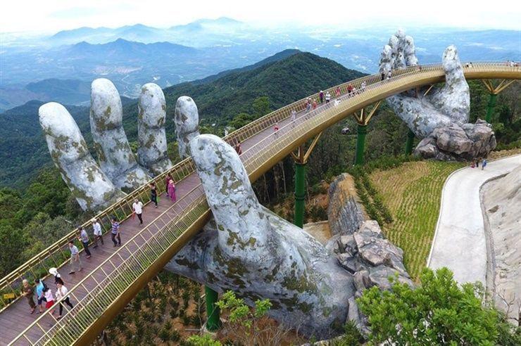 Un puente dorado sobre manos de piedra en las montañas vietnamitas (+ Fotos)