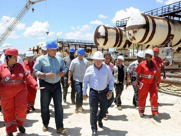 Presidente cubano recorre instalaciones de refinería Ñico López