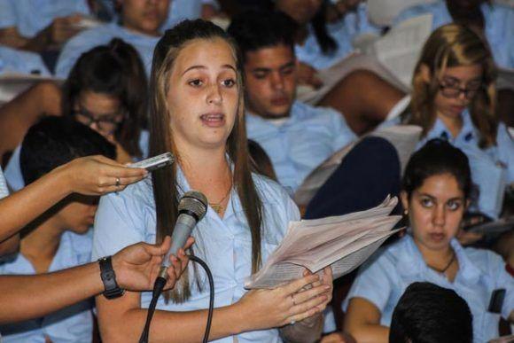 Estudiante de la escuela vocacional Vladimir Ilich Lenin, en el debate del proyecto de constitución de la República de Cuba. Foto: Ariel Ley/ ACN.