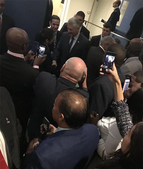 Jefes y miembros de las delegaciones asistentes a la Asamblea General de la ONU felicitan al Presidente cubano. Foto: @JoseRCabanas