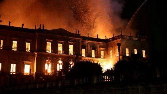 Hallan fragmentos de huesos entre escombros de museo incendiado