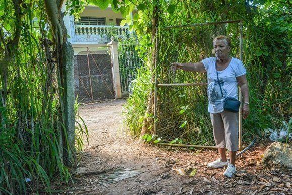 Georgina Llorente Barbastro señaló el sitio por donde irrumpieron los sujetos. Además, mostró el estado de la cerca perimetral de la escuela. Foto: Roberto Suárez.