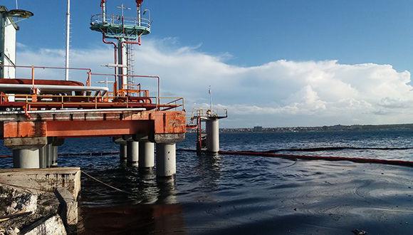 Avanza recuperación de la bahía cubana de Matanzas después de derrame petrolero