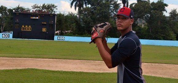 Roberto Hernández logró un contrato con los Indios de Cleveland be1a6dae24d