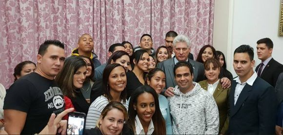 Diaz-Canel talks with Cuban officials and students in China
