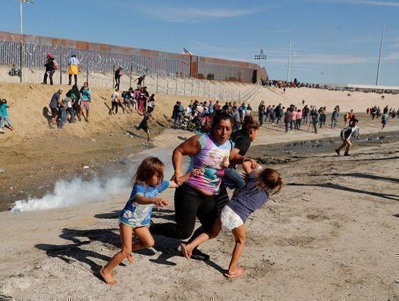 """""""Campeones"""" de los derechos humanos usan gas lacrimógeno contra migrantes (+ Fotos)"""