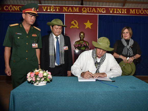 Presidente cubano recorre los Túneles de Cu Chí, un monumental sistema de túneles guerrilleros en Ciudad Ho Chi Minh. Foto: Estudios Revolución
