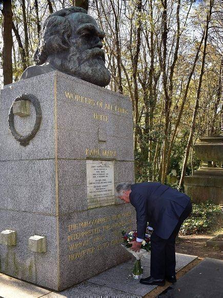 Presidente cubano rinde tributo a Karl Marx en Cementerio Highgate