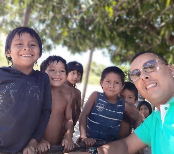 Dr. Arnaldo and his patients of the Apalai Waiana ethnic group in Brazil. Photo: Courtesy of Dr. Arnaldo Cedeño Núñez.