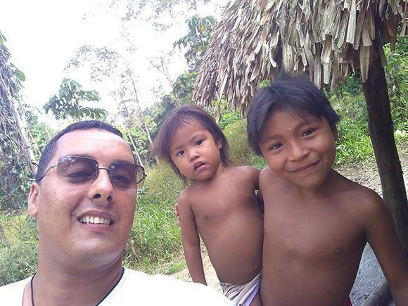 Arnaldo takes a selfie with indigenous children from the Apalai Waiana ethnic group in Brazil. Photo: Courtesy of Dr. Arnaldo Cedeño Núñez.