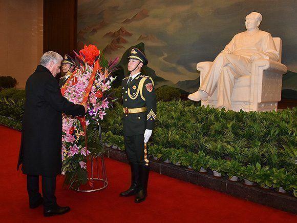 Díaz-Canel rinde honores a Mao Zedong y a los Héroes del Pueblo chino en la Plaza Tiananmén