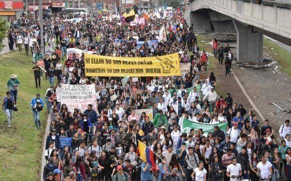 Estudiantes, indígenas, sindicalistas y maestros marcharon ayer miércoles en Colombia