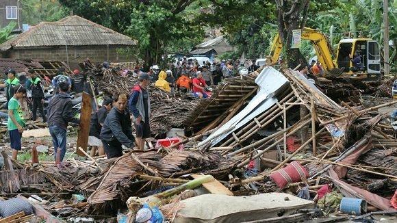 Se elevan a más de 220 los fallecidos en Indonesia tras tsunami