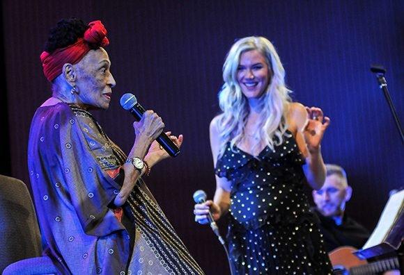 Vocalista inglesa Joss Stone conquista al público cubano