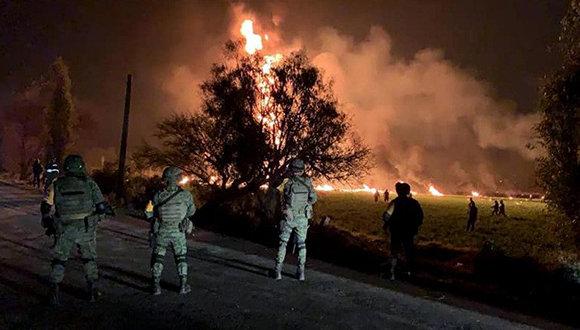Estalla ducto de petróleo en México por extracción ilegal: Se reportan más de 60 fallecidos