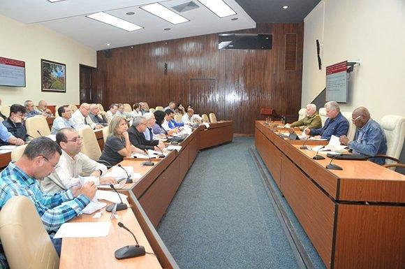 Insta Díaz-Canel a fortalecer la industria ligera con productos de calidad y buen gusto