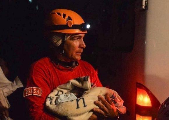 La imagen del día: Rescatando bebés