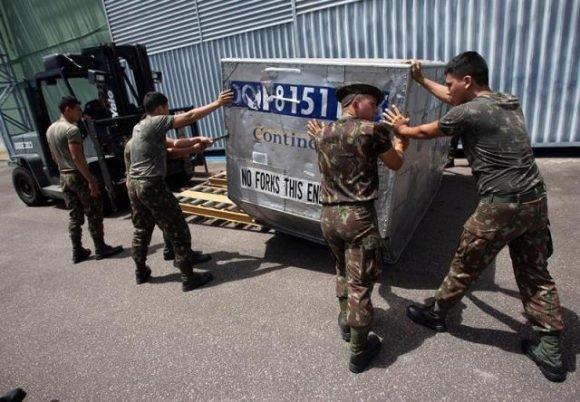 Soldados brasileños organizan un cargamento con la supuesta ayuda humanitaria destinada para Venezuela. Foto: EFE/Joédson Alves.