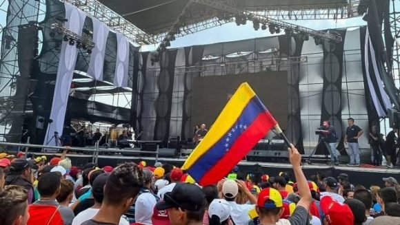 """Miles de venezolanos se reúnen en el concierto """"Para la guerra nada"""", organizado por las fuerzas chavistas para oponerse a las agresiones en la frontera. Foto: Con el Mazo Dando"""