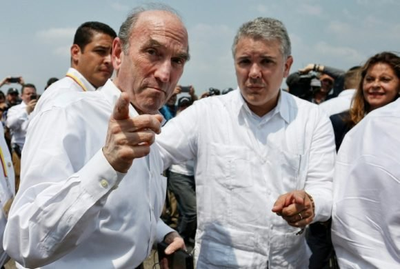 El presidente colombiano (derecha) recibe al enviado especial de Estados Unidos para Venezuela, Elliot Abrams