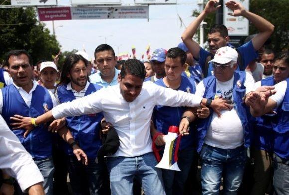 El legislador de la oposición de Venezuela, José Manuel Olivares, y sus partidarios, marchan hacia el puente Simón Bolívares en la frontera entre Colombia y Venezuela en las afueras de Cúcuta, Colombia, 23 de febrero de 2019. Foto: REUTERS / Edgard Garrido