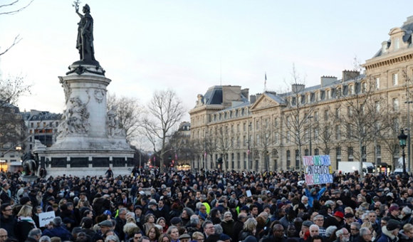 Miles se manifiestan en Francia por profanación de tumbas en cementerio judío