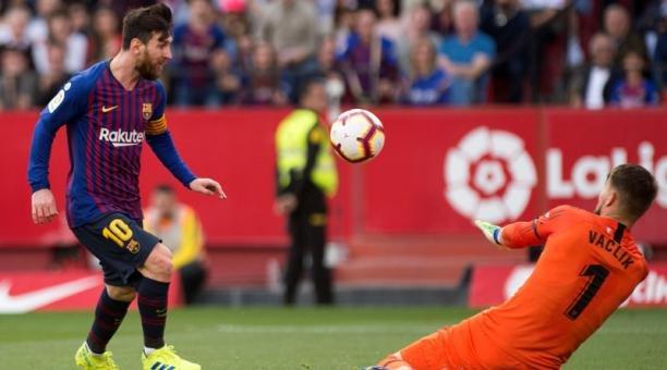 feef7874374 Con triplete de Messi el Barcelona vence al Sevilla y se afianza en la cima
