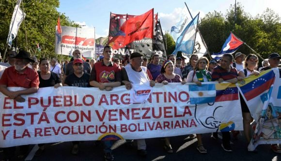 Cientos de argentinos se solidarizan con la Revolución Bolivariana frente a la embajada de EEUU en Buenos Aires