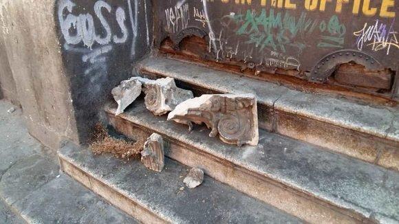 Molduras del pasaje Enríquez, Quetzaltenango, cayeron sobre la escalera. Foto: Prensa Libre
