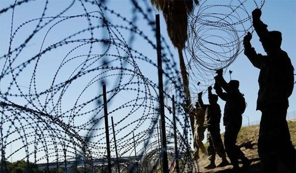 Roban alambres de púas en frontera de EU para sus casas