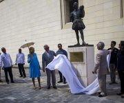 El Príncipe y la Duquesa, junto a Leal, develaron una estatua frente al colegio San Gerónimo, con la figura del famoso dramaturgo inglés William Shakespeare. Foto: Irene Pérez/ Cubadebate.