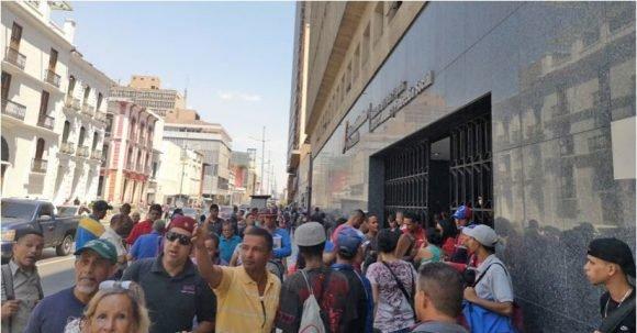 Gente en una avenida de Caracas, tras el apagón de este 25 de marzo de 2019. / RT