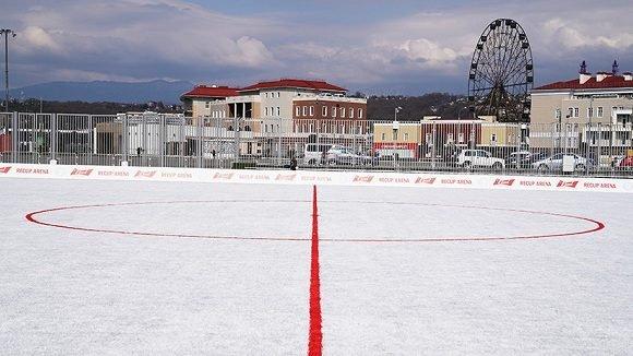 Rusia - Inauguran campo de fútbol hecho de 50,000 vasos plásticos