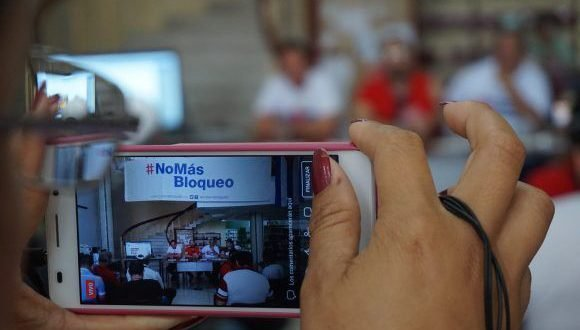 La fiesta de los abrazos denuncia el bloqueo de Estados Unidos contra Cuba. Foto: Luis López/ CubaMinrex.