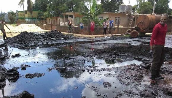 Progresa saneamiento ante derrame de hidrocarburo en central Jesús Rabí