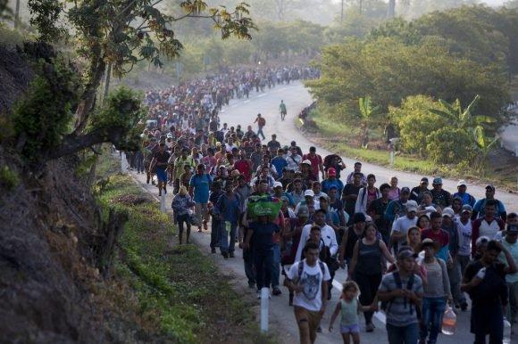 Migrantes centroamericanos que forman parte de una caravana rumbo a la frontera entre México y Estados Unidos, camina por la carretera en Escuintla, Chiapas, México, el sábado 20 de abril de 2019. Foto: AP/ Moisés Castillo.