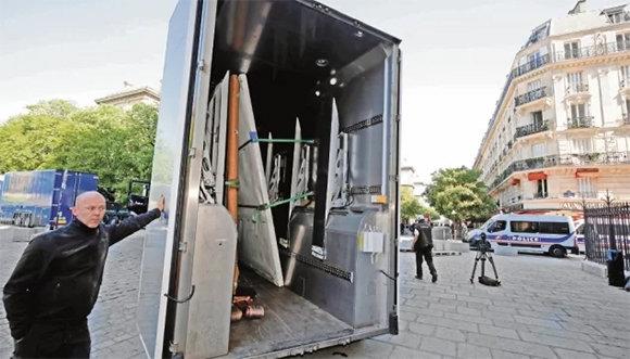Lienzos rescatados de Notre Dame ya están protegidos en el Louvre