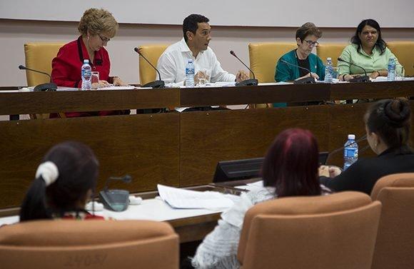 El ministro del Transporte,Eduardo Rodríguez Dávila durante los debates sobre el transporte en la Comisión de Atención a los Servicios Foto: Irene Pérez/ Cubadebate.
