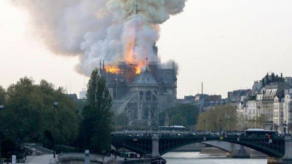 Espesa columna de humo sobre París: Incendio en la catedral de Notre Dame