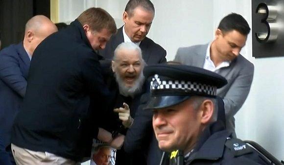 Julian Assange es arrestado en embajada de Ecuador en Londres