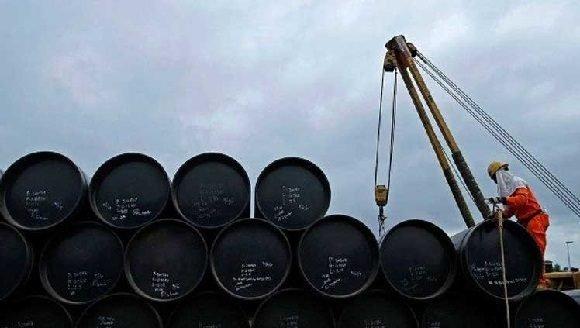 PETRÓLEO-Barril sube 1 pct por menor suministro y optimistas datos económicos