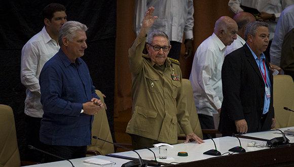 Presiden Raúl y Díaz-Canel sesión final del Congreso de la CTC