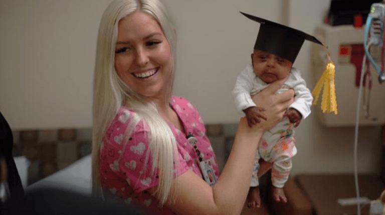 En casa la bebé más pequeña del mundo