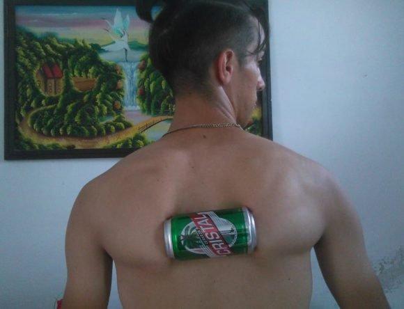Joven cubano es capaz de aplastar latas de cerveza y refresco con los huesos de su espalda